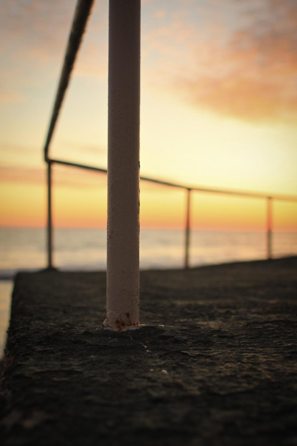 Geländer am Meer Sonnenuntergang