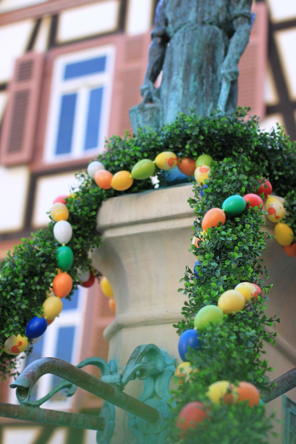 Osterbrunnen mit Eiern geschmückt