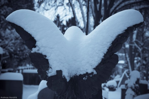 Engel Grabmal im Schnee