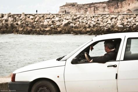 2013 Saudade Mann im Auto blickt auf Meer