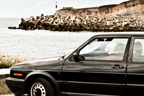 2013 Saudade Alter Mann im Auto blickt auf Meer