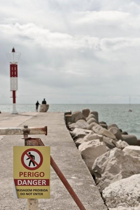 Portugiesen auf dem Steg von Nazaré aufs Meer blickend auf Steg aufs Meer blickend