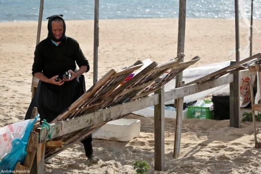 Fischer-Frauen aus Nazaré trocknen Fisch-10