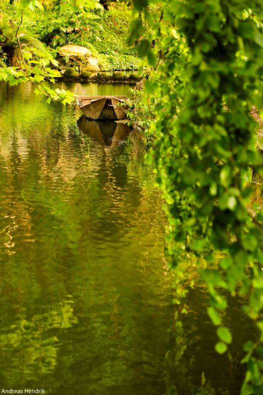 Pena-Park, Sintra, Kahn im Teich