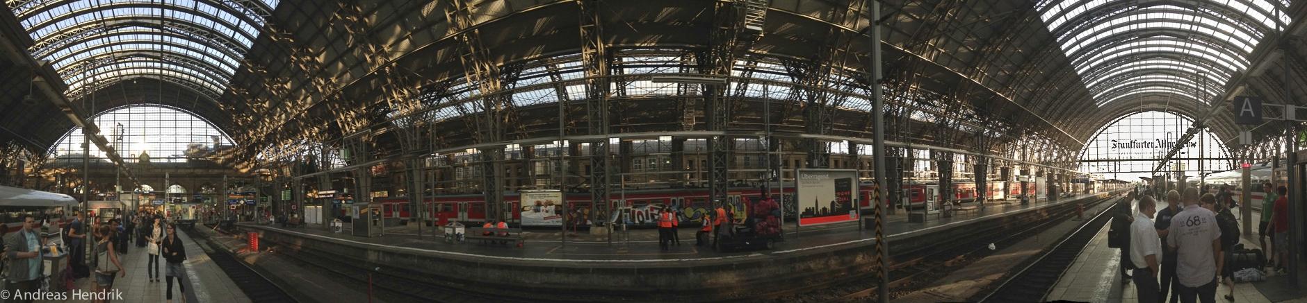 Frankfurter Hauptbahnhof Innenhalle bei Sonnenlicht, Panoramfoto 180-Grad