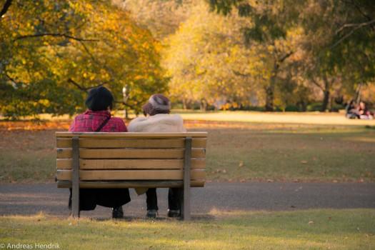 Altes Damen-Pärchen im Park