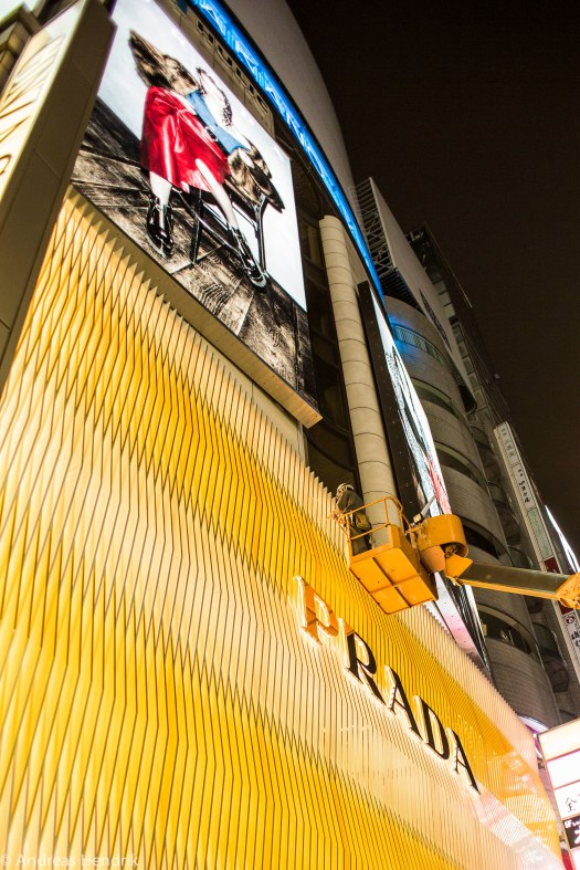 Tokio, Prada, Mann repariert Prada-Store