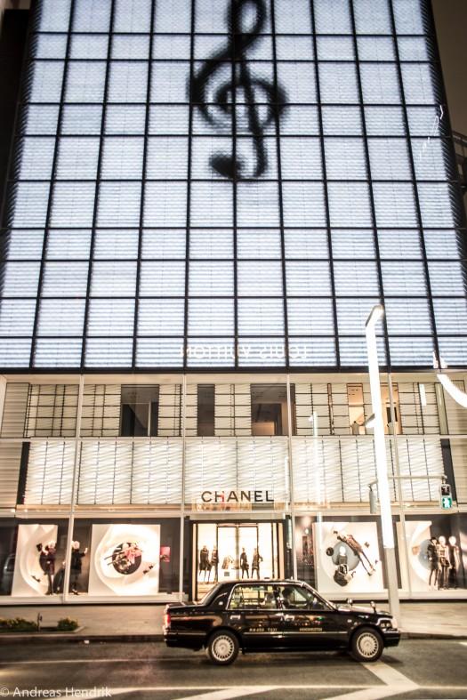 Tokio Taxi vor Chanel und Vuitton
