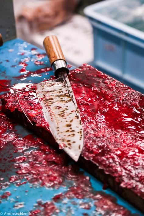 blutiges Messer im Fischmarkt
