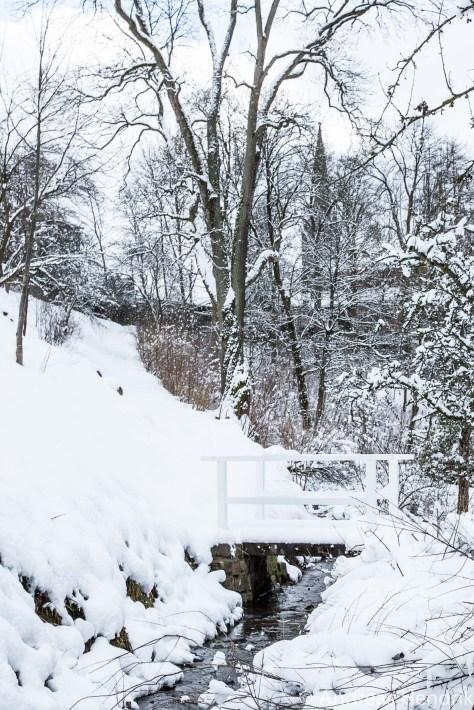 20150131_weisse Brücke im Schnee über zugefrorenem Bach_