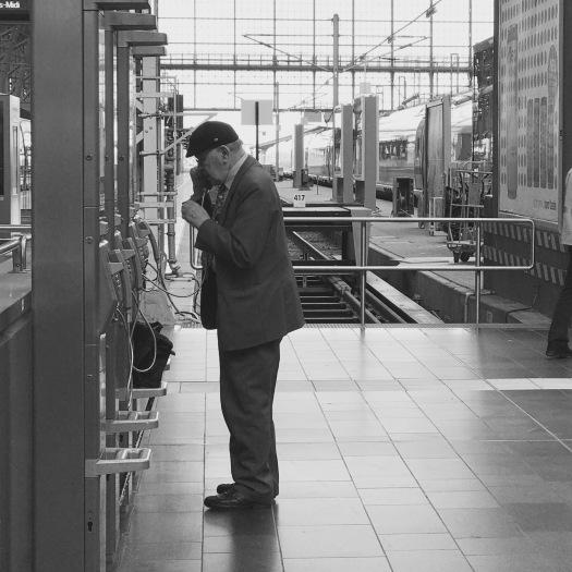 Telefonieren am Bahnhof.jpg